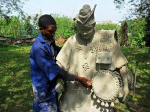 Rifugiati e arte: Fasasi, scultore nigeriano rifugiato in Italia espone a Roma